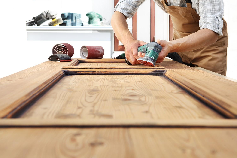 Carteggiare il legno prima di un trattamento ignifugo