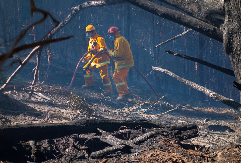 Incendi in Australia, due Vigili del Fuoco al lavoro
