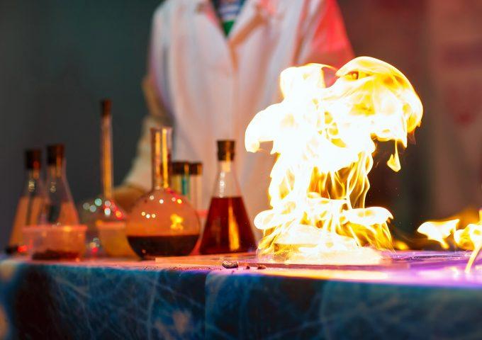 Scienziato studia il fuoco in laboratorio