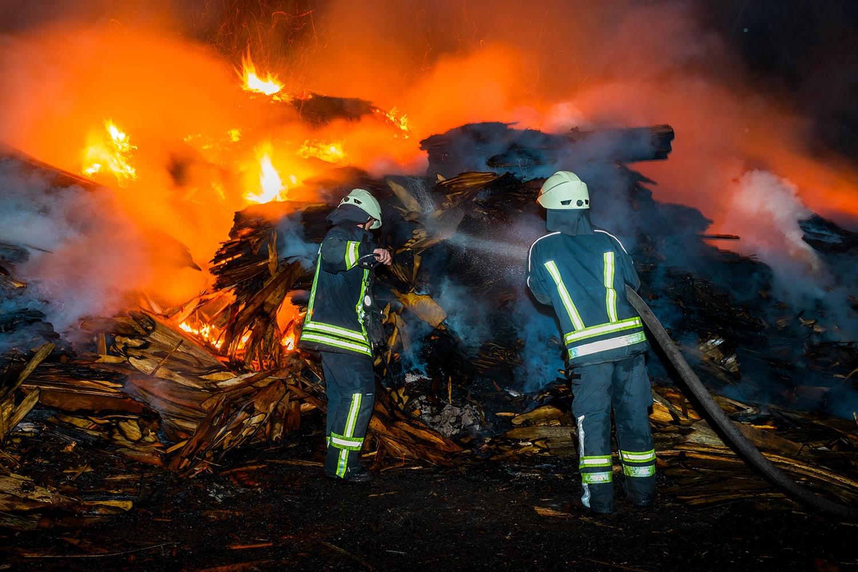 I pompieri lottano contro le fiamme