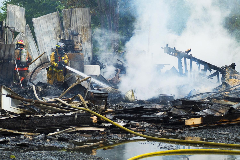 I gas continuano a sprigionarsi anche dopo ore che un incendio è stato spento