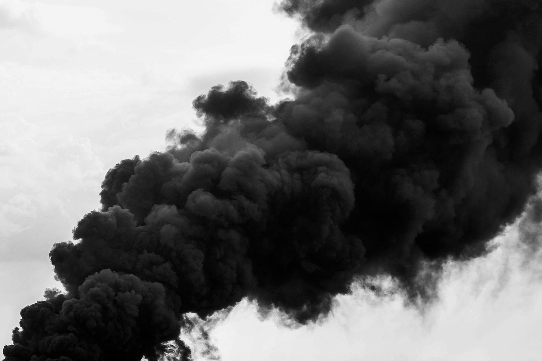 Una colonna di fumo nero. Il fumo è spesso più pericoloso delle fiamme