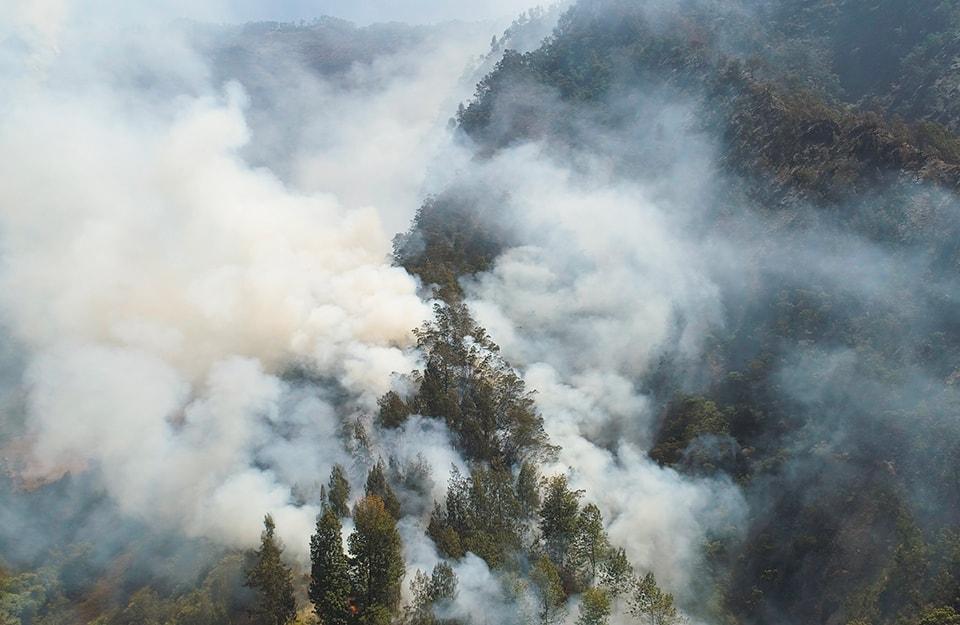Una zona montuosa dell'Indonesia che va a fuoco