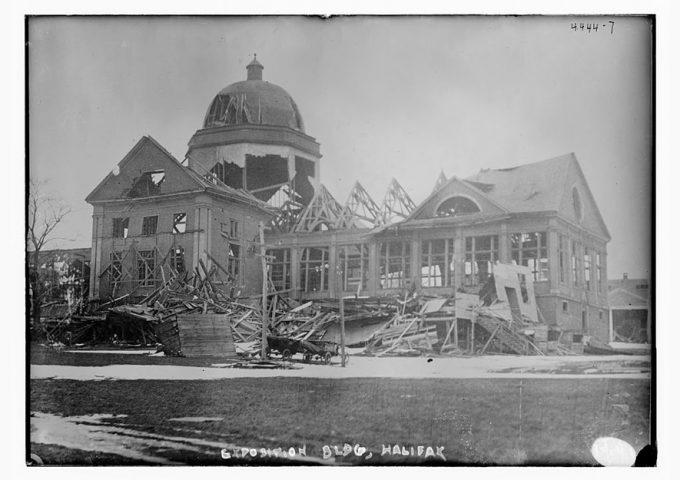Un edificio semidistrutto dopo l'incendio nel porto di Halifax e l'esplosione