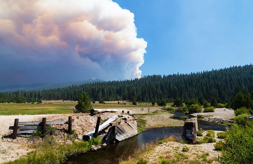 Il fumo levatosi dal grande incendio Dixie Fire, in California, visto da lontano